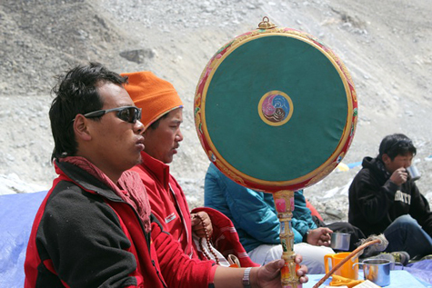 Puja-lamas-drum-everest-475