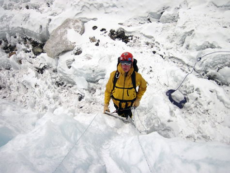 Bill-ladder-climbing-icefall-training-everest-475