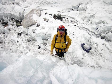 Bill-ladder-climbing-icefall-training-everest-475